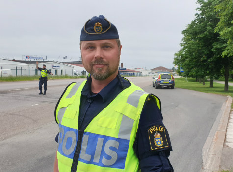 Polisman vid trafikkontroll i Skövde