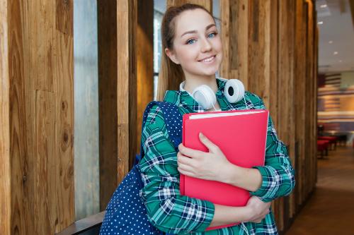Flicka håller skolböcker - SKövde city news